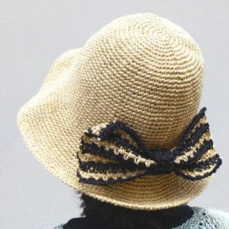 丝带编织竹纸在一顶可爱的帽子