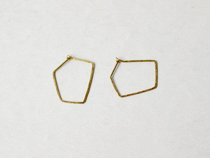 ro-ji kuni ピアス スクエア BP151(M) 真鍮の繊細なゆらぎを楽しむシンプルなピアス