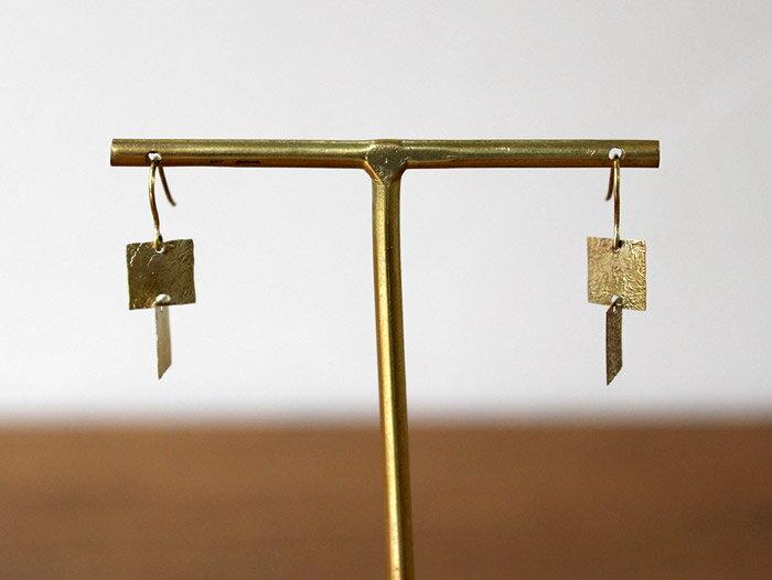 ro-ji kuni ピアス スクエアプレート BP318(S) 真鍮の繊細なゆらぎを楽しむシンプルなピアス
