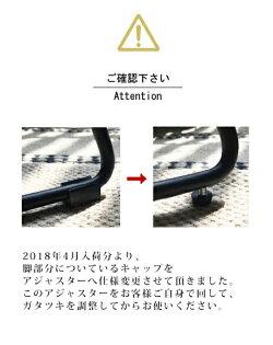 パニッシュアームチェア肘置きが付き、ゆったりとくつろげる心地のよいチェア