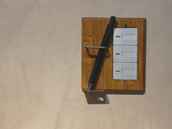 ウッド ペンホルダー スイッチプレート ワイド スイッチプレートに壁面収納をプラス ペンを2本収納可能です ワイドタイプのスイッチに対応