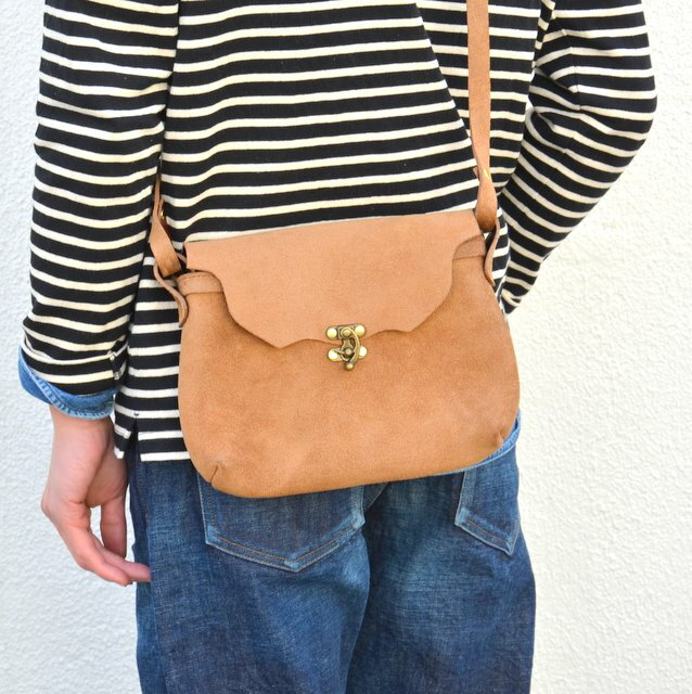 FERNAND LEATHER(フェルナンド・レザー)/Horizontal Latch Pouch M -BEIGE SUEDE-