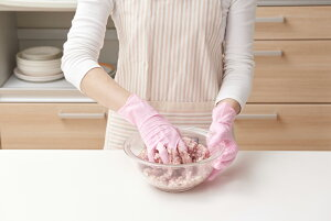 ショーワグローブ ロゼピンクのつかいきり手袋 100枚入 ニトリルゴム手袋 キッチン 料理 家事 ハウスワーク 使い切り 使い捨て手袋 レディース 女性用 パウダーフリー