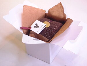 手持ち付きケーキ箱に入ったハーフロールタオルケーキ:チョコ【送料無料一部地域除く】誕生日バレンタインホワイトデー母父の日敬老の日等御祝ギフトや各種イベント粗品景品販促品に