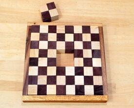 送料・名入れ無料対象【ロックスモーション・ペントミノ】説明書付き 木製のパズルで右脳の訓練!中央の4つのパズルを外してスタート 世界でも既に有名なペントミノ 蓋部分にお名前をお入れします。プレゼントにも最適