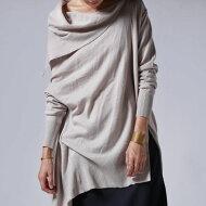女性らしい柔らかな襟元。ムードあるデザイン。変形ニットトップス