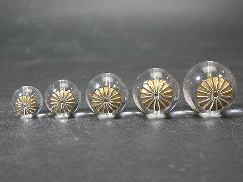 【彫刻ビーズ・彫りビーズ】菊紋 水晶 金彫り 20mm玉ビーズ 一粒売り メール便OK