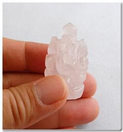天然石ガネーシャの彫刻、手彫り「ローズクォーツ」【お守り・魔よけ】【メール便可】