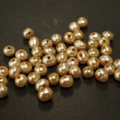 淡水パールゴールド2.5-3.0mm(48ヶ・両穴)