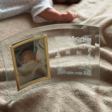 【名入れ無料】ご出産祝い・ご出産内祝いにフォトフレーム・写真立てを名入れして記念の贈り物としてプレゼントにしてみませんか。【フォトフレーム縦型 囲み赤ちゃん柄】【楽ギフ_名入れ】