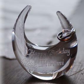 【お名前入れは無料】結婚祝いや結婚記念に、奥様や恋人、お友達やご姉妹へのプレゼントに名入れのリングピロー。ガラスだからこその美しさがあります。【リングスタンド(クリア)マーガレット柄】