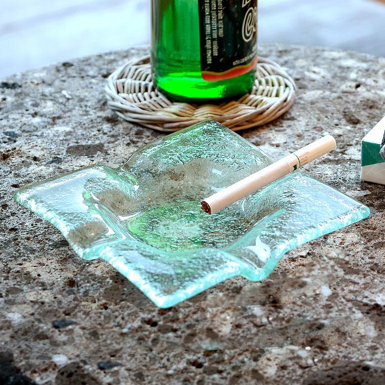 【割引クーポンあり】ガラスで出来たスクエア型アッシュトレイ(13110)【灰皿 煙草 喫煙 プレート トレー ガラス びいどろ 透明 角 正方形 アジアン マルチ アクセサリー 雑貨 グリーン 緑 リゾート ヴィラ おしゃれ シンプル インテリア】