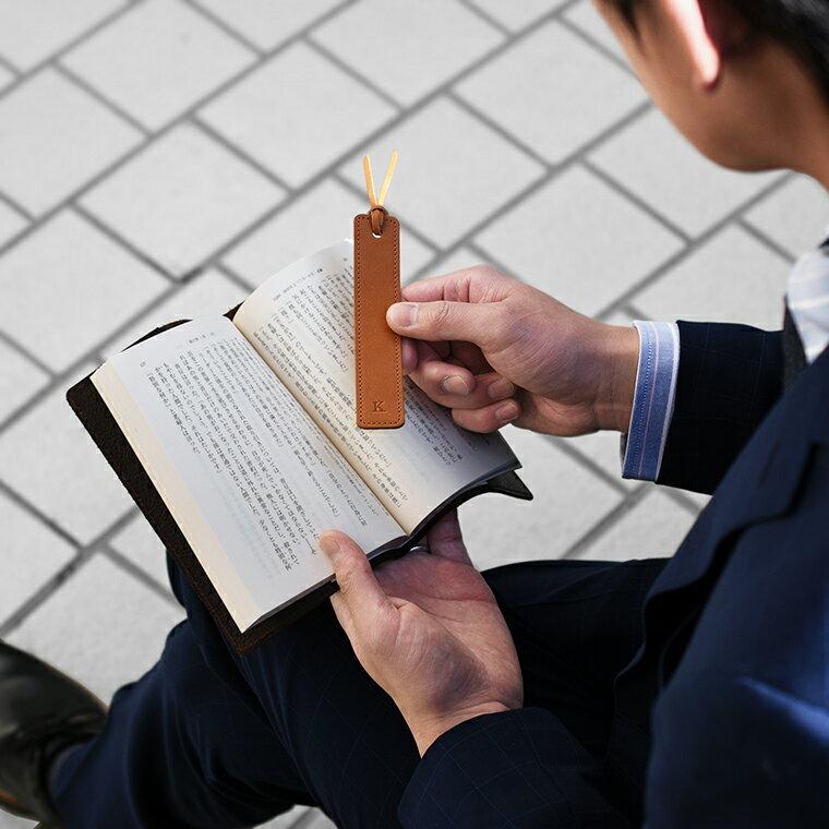 [アソボーゼ]しおり イニシャル ブックマーク ギフト 日本製 姫路レザー 本革 本 誕生日 祝い ブックマーカー ZE-V163 ポスト投函便送料無料