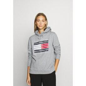 トミー ヒルフィガー レディース パーカー・スウェットシャツ アウター REGULAR FLAG HOODIE - Hoodie - light grey heather vcln0287