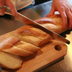 天然木のカッティングボードMサイズ。パンなどを切ってそのままサーブ!おしゃれ♪