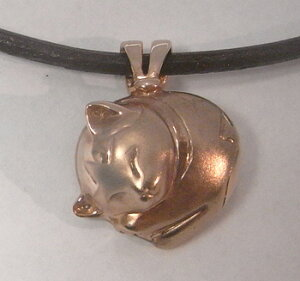 【猫 遺骨ペンダント】【ペットロス手元供養】皮ひも付きk18ピンクゴールド。