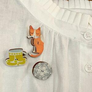 ブローチ 木製ボタン ピンブローチ 3個セット ネコ 猫 ねこ 北欧食器 カップ プレート 北欧 北欧デザイン マッティ・ピックヤムサ おしゃれ ナチュラル カジュアル きれいめ シンプル レディ