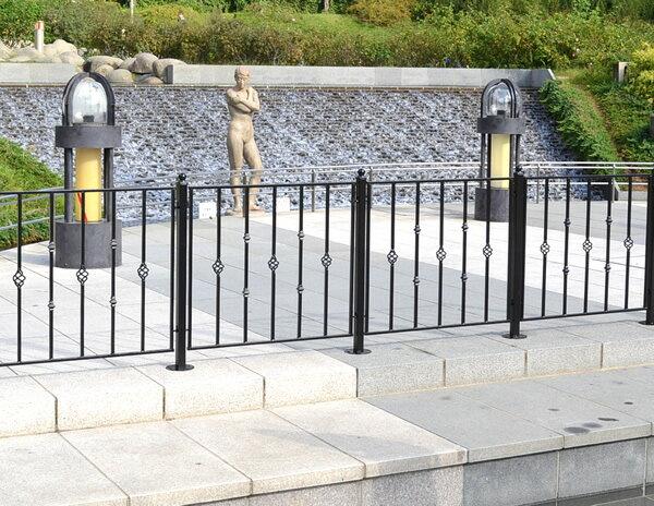 モダンエクステリアフェンス 【パラレル】 (4枚セット)【送料無料!】外構やお庭の仕切りに便利なゲート(門扉)もつくれるアイアンフェンス(アイアン フェンス・スチール フェンス・ガーデンフェンス)です。 【色:ブラック】商品型番:ief-qx001