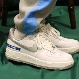 "NIKE AIR FORCE 1 '07 LV8 ""LOST ARCHIVE PACK""(ナイキ エア フォース 1 '07 LV8)WHITE/METALLIC SILVER-SAIL-CHUTNEY【メンズ スニーカー】20HO-I"