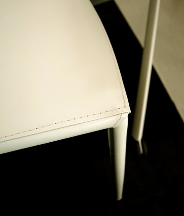 脚までレザー張りのデザイナーズチェア
