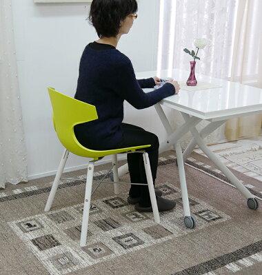 白い部屋に合う緑色座面のデザイナーズチェア