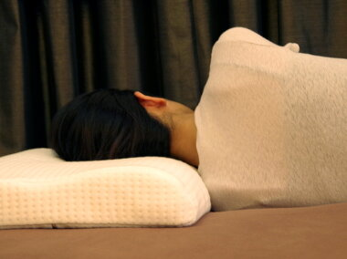 安眠枕、快眠ラテックス枕厚さ8-6cm、洗えるカバー付き柔らかい反発枕、快適睡眠枕、撫で肩の人に最適な低いやわらか枕、仰向けする人に人気の薄い柔らかな支えで痛くないラテックス枕