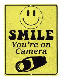 スマイル カメラで監視中 縦型 当店Sサイズ アメリカンブリキ看板 アメリカ ブリキ看板 アメリカン雑貨 アメリカ雑貨 サインプレート メタルプレート 看板 おしゃれ カフェ バー 店舗 ガレージ インテリア