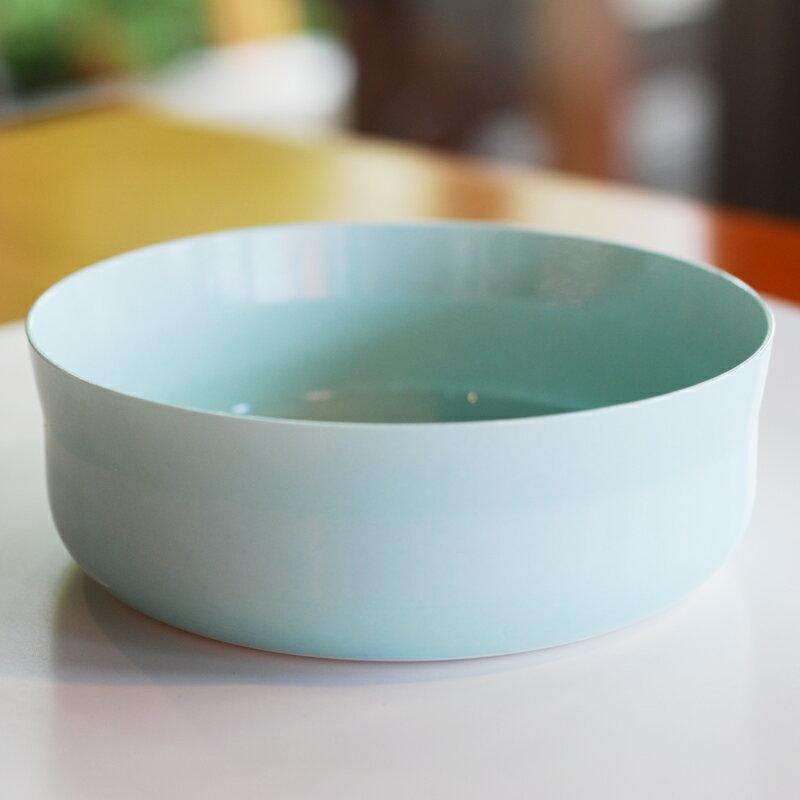 ボウル(M)ライトブルー 1616 Arita/Japan color porcelain オランダ人デザイナーデュオ ショルテン&バーイングスによるモダンで機能的なフォルム、息を飲むほどの美しい色味が魅力です。ボウルとしてだけでなく、アイディア次第で使い道は色々。10P01Mar15