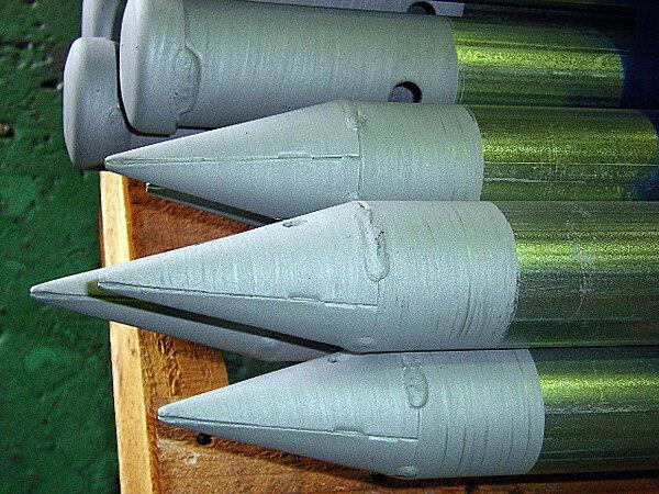 【送料無料】鉄製クイ(杭)2mタイプ4本セット。48.6Φ単管パイプ使用で市販のクランプが利用できます。すぐに使える先端とヘッド溶接済み。スチール製新HCパイット。定番の鋼製杭。アウトレット価格。仮設資材、防獣クイ。スチールパイル。鉄杭