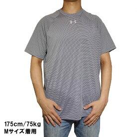 アンダーアーマー メンズ チーム ストライプ テック ショートスリーブ ロッカー Tシャツ Under Armour Men's Team Stripe Tech S/S Locker T-Shirt Graphite White Metallic Silver