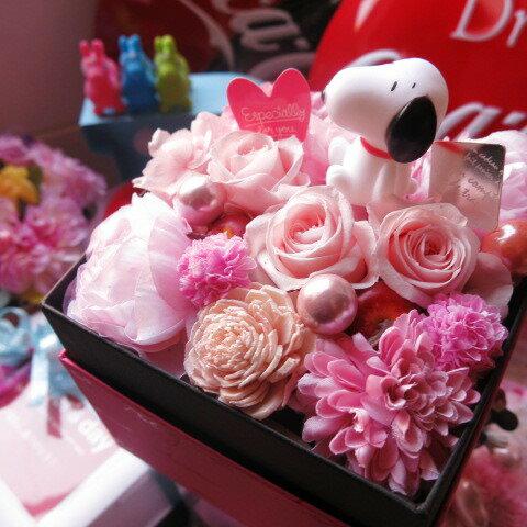 スヌーピー 花 プレゼント 箱を開けてサプライズ スヌーピーマスコット入り ボックス プリザーブドフラワー ピンク系 ◆スヌーピーマスコットカラーはお任せとなります