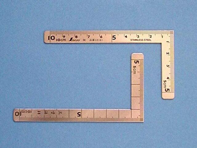 シンワ 曲尺 小型 三寸法師 ステン 10×5cm 表裏同目 <12101> 【矩尺 かねじゃく かね尺 サシガネ 差し金 直角 定規 名前 diy 建築 物差し 物差し 角厚 小型 鯨尺 価格 値段 スコヤ 角度 勾配 工具 通販 セール 測り方 測る】