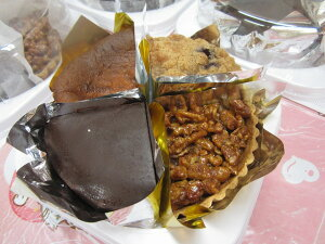 バスク風チーズケーキ、ザッハトルテ、クルミのキャラメルタルト、ブルーベリーのカントリーケーキ4種類のケーキが入っています!たいへんお得な4ホールセット。