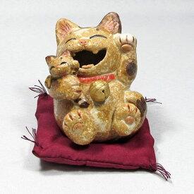 笑福子抱き猫(小)三毛(座り)左手招き通山(瀬戸焼)商売繁盛、家内安全|通山| 猫グッズ 猫雑貨 猫 ねこ ネコ|招き猫 幸運 開運 瀬戸焼|