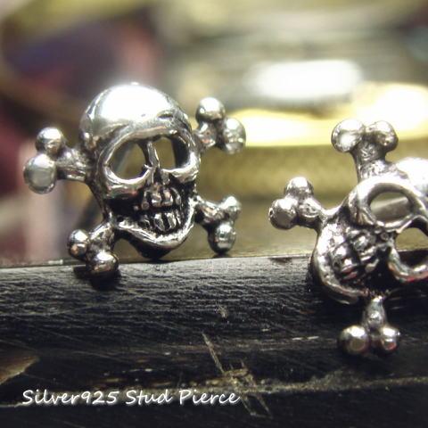 シルバーピアス 海賊旗のようなバッテン印を背負ったドクロのスタットピアス a152(a-4-10) シルバー925 silver925 シルバーアクセサリー 髑髏 どくろ スカル 海賊 骸骨 がいこつ スタッドピアス レディースピアス
