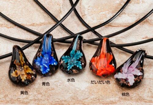 ベネチアンガラスやとんぼ玉のような工程で作られた美しいフラワーのガラスネックレス