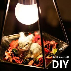 ガラスのお皿に花びらとウサギの小物を飾ったイメージ。自分好みにDIYできます