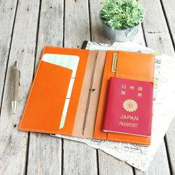 パスポートが入るポケットやカード室があり収納力も豊富