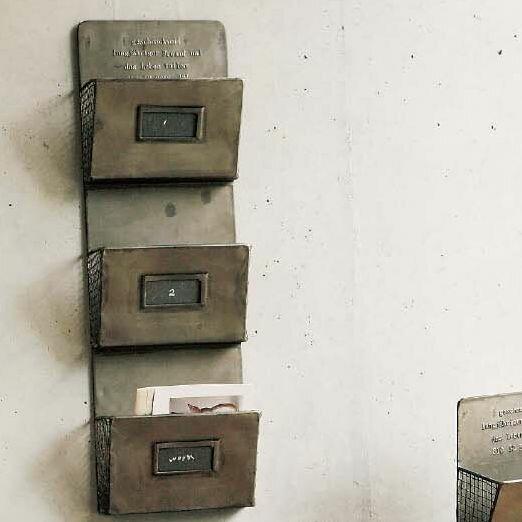 SPICE GESHMACK ブリキ3段ウォールレターラック GFA605 カードラック ■ GESHMACK CARD RACK 3 スパイス カードラック ブリキ シャビー ゲシュマック シンプル ウォールデコ 男前インテリア アンティーク調 ショップ ジャンク 壁掛け 整理 バレンタイン プレゼント