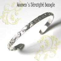 女性の細い手首に、1周すべてを唐草で立体的に装飾した細身のバングルをどうぞ。