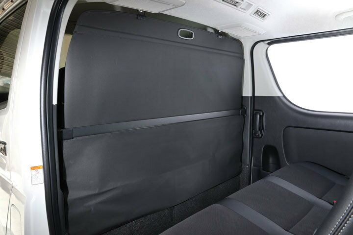 【ユーアイビークル】ロールスクリーン  ハイエース200系 2〜4型後期ワイドボディ用 運転席・助手席後部の仕切りバー固定部に装着するだけで手軽にロールスクリーンとして使え、 使用しない時は仕切りバーとしても使えます(車検対応)。