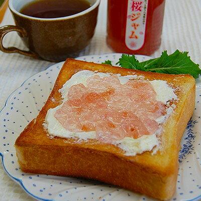 桜ジャム150g(瓶入)国産の八重桜の花びらを使用した、さくらの香り高いコンフィチュール。ジュレのような上品な甘さが海外でも人気