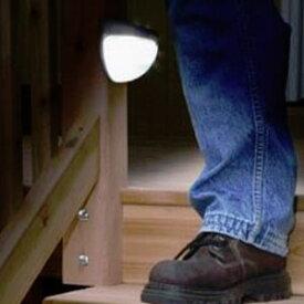 ★[送料無料]暗くなると闇を検知し自動で点灯する誘導灯ソーラー部分が光と闇を検知し暗くなると自動で点灯 単3電池 ON/OFFスイッチ感知切替可能 光種類 蛍光灯 白光/暖光 2種類