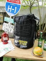 ムーンアイズのロールトップ型防水バックパック(ブラック)