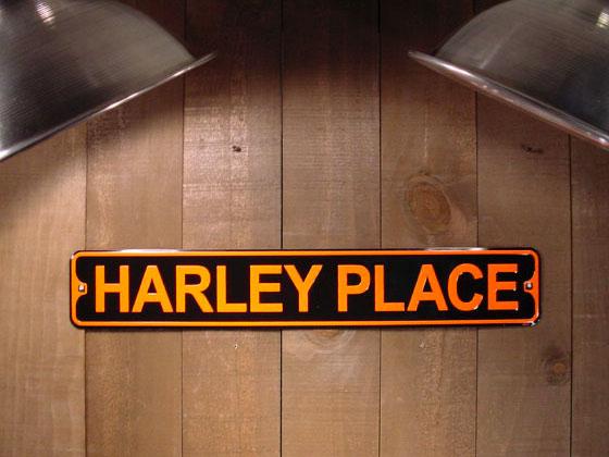 アメリカのミニストリート看板 HARLEY PLACE -ハーレーのたまり場- ■ サインプレート ブリキ アメリカ看板 ティンサイン サインボード アメリカンブリキ看板 アメリカ 雑貨 アメリカン雑貨 おしゃれ 壁面装飾 ディスプレイ 内装 人気 ウォールデコレーション