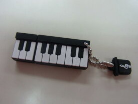 USBメモリ♪ピアノ鍵盤 2GB♪この商品はお取り寄せ商品です♪♪【楽器-音楽雑貨】《音楽・バレエ・ねこ雑貨のカンタービレ》スタンド ケース付き 音楽雑貨 楽器 発表会 記念品 プレゼント ギフト にも♪グランドピアノ ピアノ 鍵盤楽器