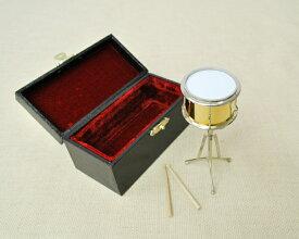 ミニチュア楽器!スネアドラム♪この商品はお取り寄せ商品です♪♪スネアドラムの色がゴールドか赤のどちらかになります。【楽器-音楽雑貨】《音楽・バレエ・ねこ雑貨のカンタービレ》スタンド ケース付き 音楽雑貨 楽器♪スネア ドラム