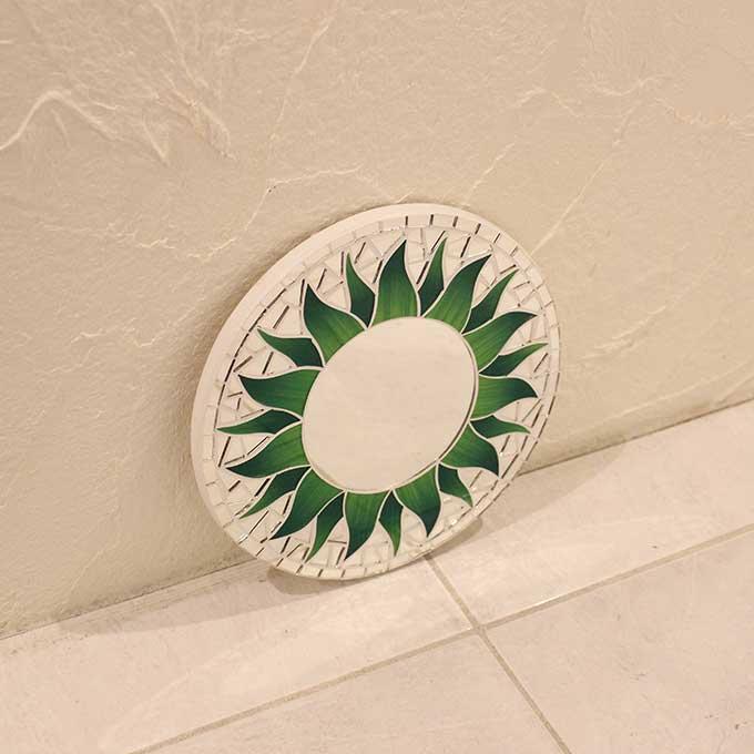 壁掛けミラー モザイク柄 丸型 鏡 太陽 マタハリ グリーン 20cm