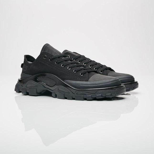 送料無料 Men's メンズ 店舗限定 adidas x Raf Simons Detroit Runner Core Black/Core Black/Core Black B22526 アディダス x ラフ シモンズ デトロイト ランナー ブラック 靴 スニーカー アパレル ファッション