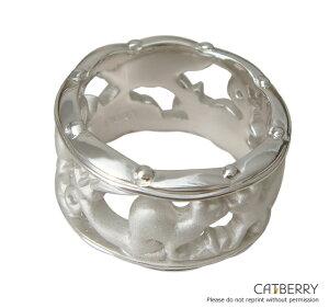 ボリュームがあるリングなので、この猫の指輪を一つ着けてるだけで存在感がありますね。